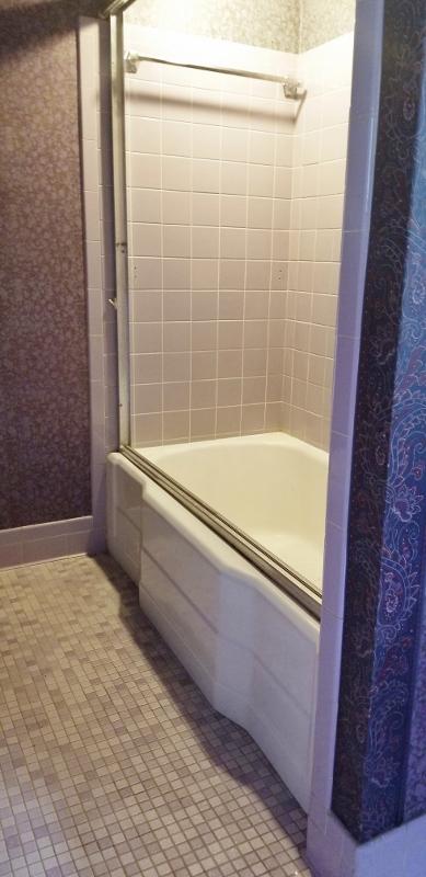 Upstairs Full Bath Room